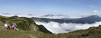 Austria, Tyrol, Chiemgau Alps, Hikers resting at Fellhorn mountain - LBF000855