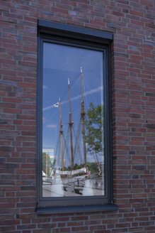 Germany, Lower Saxony, Leer, window pane with reflection of sailing boat - WIF000897