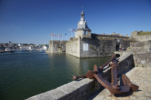 France, Bretagne, Finistere, Concarneau, Old town, Ville close and anchor - DHL000464