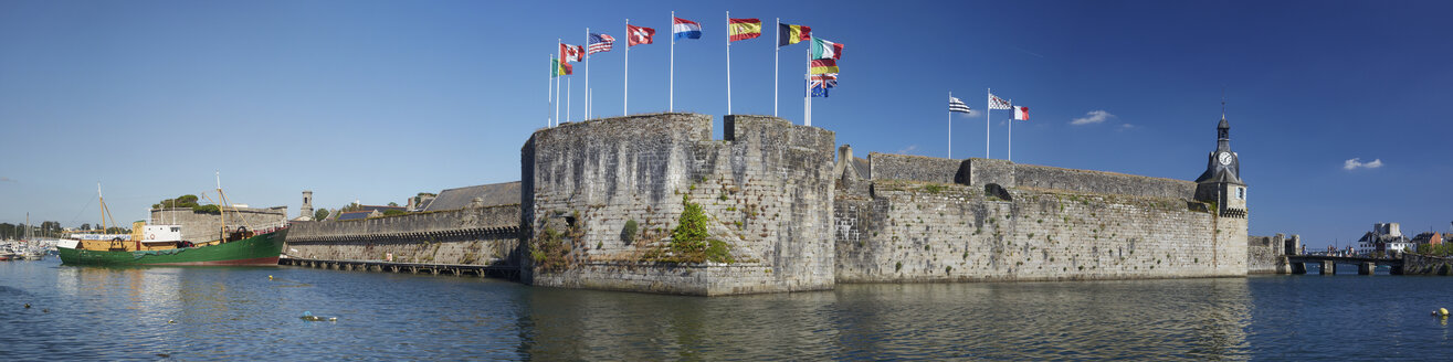 France, Bretagne, Finistere, Concarneau, Ville close, City wall with flags, Panorama - DHL000467