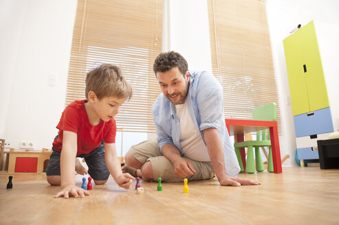 Father and son playing together in the nursery - MMFF000285