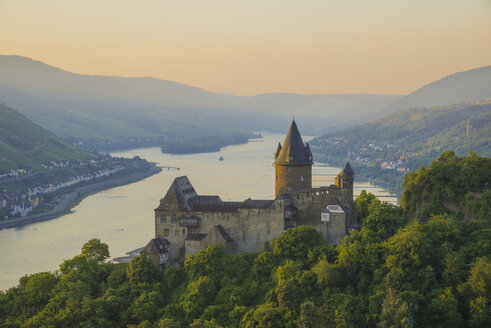 Germany, Rhineland Palatinate, Bacharach, Stahleck Castle, Upper Middle Rhine Valley in the evening - WG000351