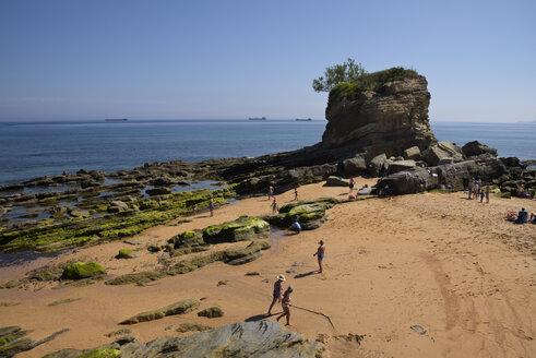 Spain, Cantabria, Santander, Playa del Camello, Rock formation at beach - LA000925