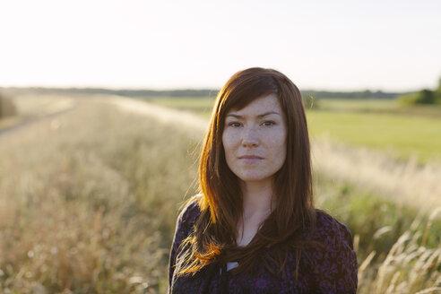 Portrait of brunette woman in a field - HCF000051