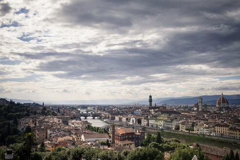 Italy, Tuscany, Florence, city view with Ponte Vecchio from Piazzale Michelangelo - SBDF001062