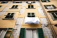 Italy, Tuscany, Pisa, house front with laundry - SBDF001070