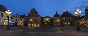 Germany, Lower Saxony, view to entrance portal of Bueckeburg Castle with lighted market place in front - PVCF000034