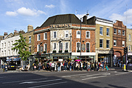 UK, London, crowd at after work in front of the pub 'Golden Heart' - WE000187