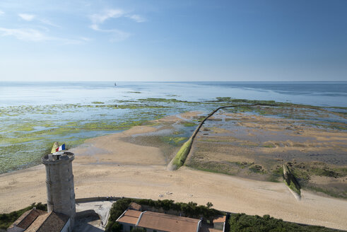 France, Poitou-Charentes, Ile de Re, Phare des Baleines, View to old lighthouse and fish sluice, Atlantic Ocean - MKFF000041