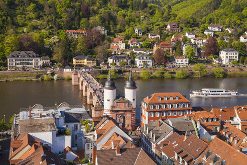Germany, Baden-Wuerttemberg, Heidelberg, Old town, Old bridge with Bridge gate, Excursion boat on Neckar river - WDF002521
