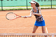 Female tennis player playing on tennis court - MAEF008923