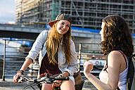 Germany, Berlin, two female friends communicating - FX000059