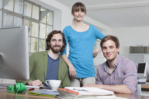 Group picture of three colleagues in a creative office - RBF001755