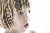 Portrait of astonished little girl - LVF001748