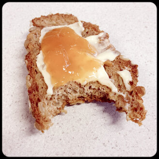 Bread with peach jam - SHIF000005