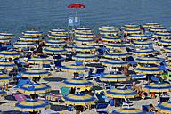Italy, Marken, Province of Pesaro and Urbino, Bagni near Fano, Madonna del Ponte, Sun umrellas at the beach at Adriatic Sea - LB000907