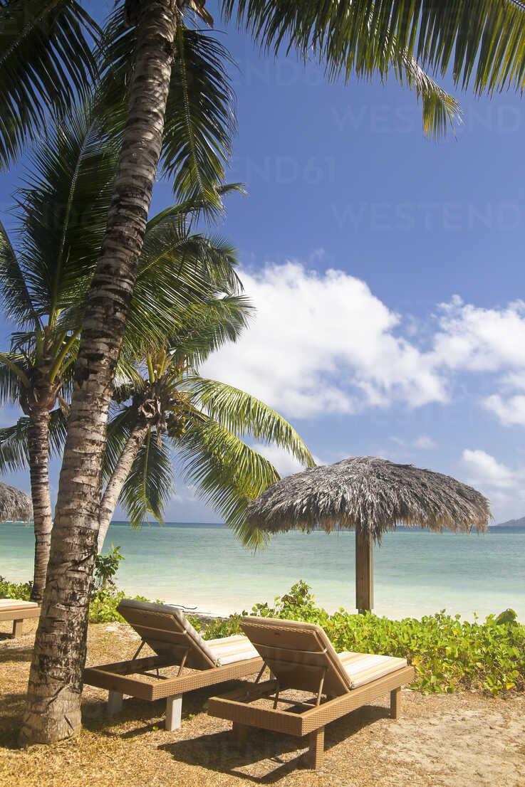 Seychelles, La Digue Island View of the beach Anse La Reunion and sun loungers - KRPF000752 - Kristian Peetz/Westend61
