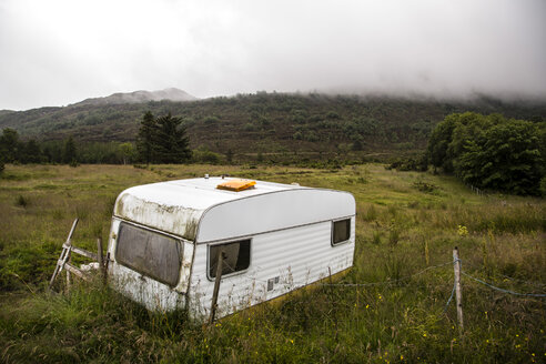 Norway, Larsnes, caravan on meadow - NG000221