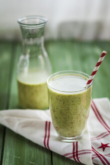 Green smoothie with kiwi, banana and spinach - SBDF001172