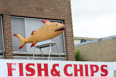 Australia, Victoria, Lakes Entrance, fish and chips snack bar - MIZ000537