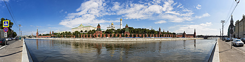 Russia, Moscow, Moskva River and Kremlin wall with towers - FO006788