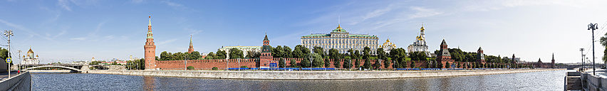 Russia, Moscow, Moskva River and Kremlin wall with towers - FOF006789