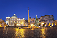 Italy, Vatican, Rome, Piazza San Pietro, St. Peter's Basilica and Christmas tree in the morning - GW003113
