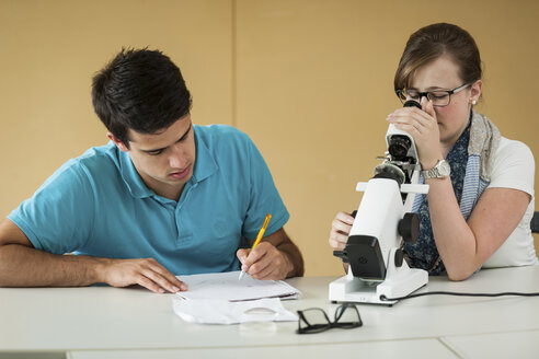 Vocational school students using optician device - PAF000826