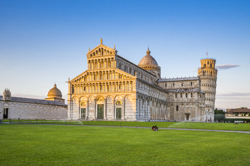 Italy, Tuscany, Pisa, View to Cathedral and Leaning Tower of Pisa at Piazza dei Miracoli - PUF000041