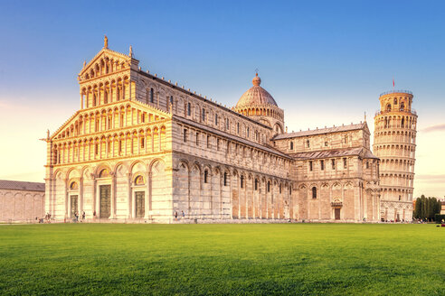 Italy, Tuscany, Pisa, View to Cathedral and Leaning Tower of Pisa at Piazza dei Miracoli - PU000043