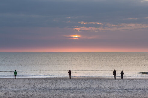 Germany, Schleswig-Holstein, Sylt, North Sea, sunset on the beach, four people - SRF000790