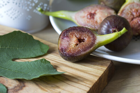 Dish and wooden board with sliced and whole figs - YFF000222