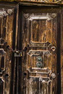 Italy, Comacchio, old door with chain and padlock - APF000013
