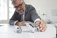 Businessman with bull and bear figurines on his desk - RBF001830