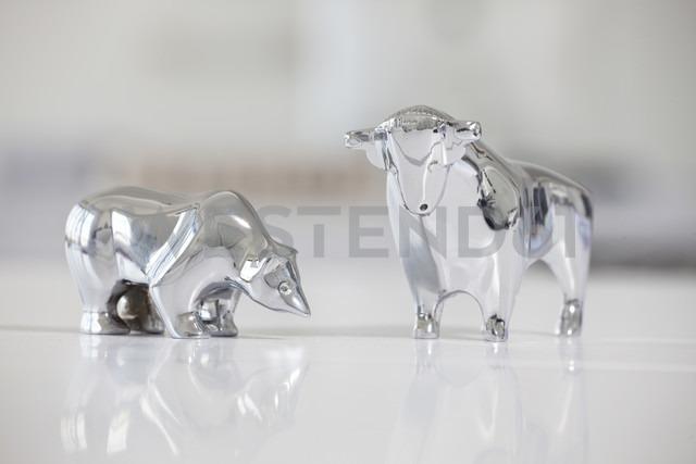 Bull and bear figurines on a desk - RBF001833