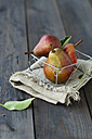 Williams pears in a basket - MYF000539