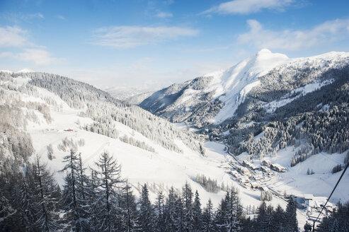 Austria, Salzburg State, Altenmarkt-Zauchensee, alpine landscape in snow - HHF004914