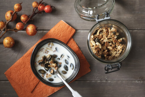 Crispy granola with oats, pumpkin seed and almond slivers - EVGF000896