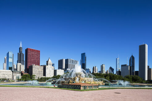 USA, Illinois, Chicago, Millennium Park with Buckingham Fountain - FOF007075