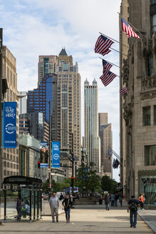 USA, Illinois, Chicago, skyscrapers and pedestrians in the city - FO007160