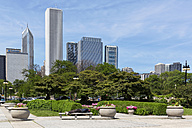 USA, Illinois, Chicago, Grant Park and skyline - FO007175