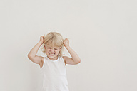 Portrait of angry little boy tearing his hairs - MJF001329