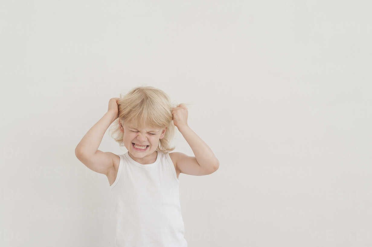 Portrait of angry little boy tearing his hairs - MJF001329 - Jana Mänz/Westend61