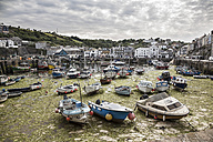 Großbritannien, England, Cornwall, Mevagissey, Harbour, boats at low tide - DISF001014
