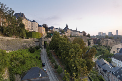 Luxembourg, Luxembourg City, View from Corniche to the city district Grund, old town district and Kirchberg in the background right, morning light - MSF004258