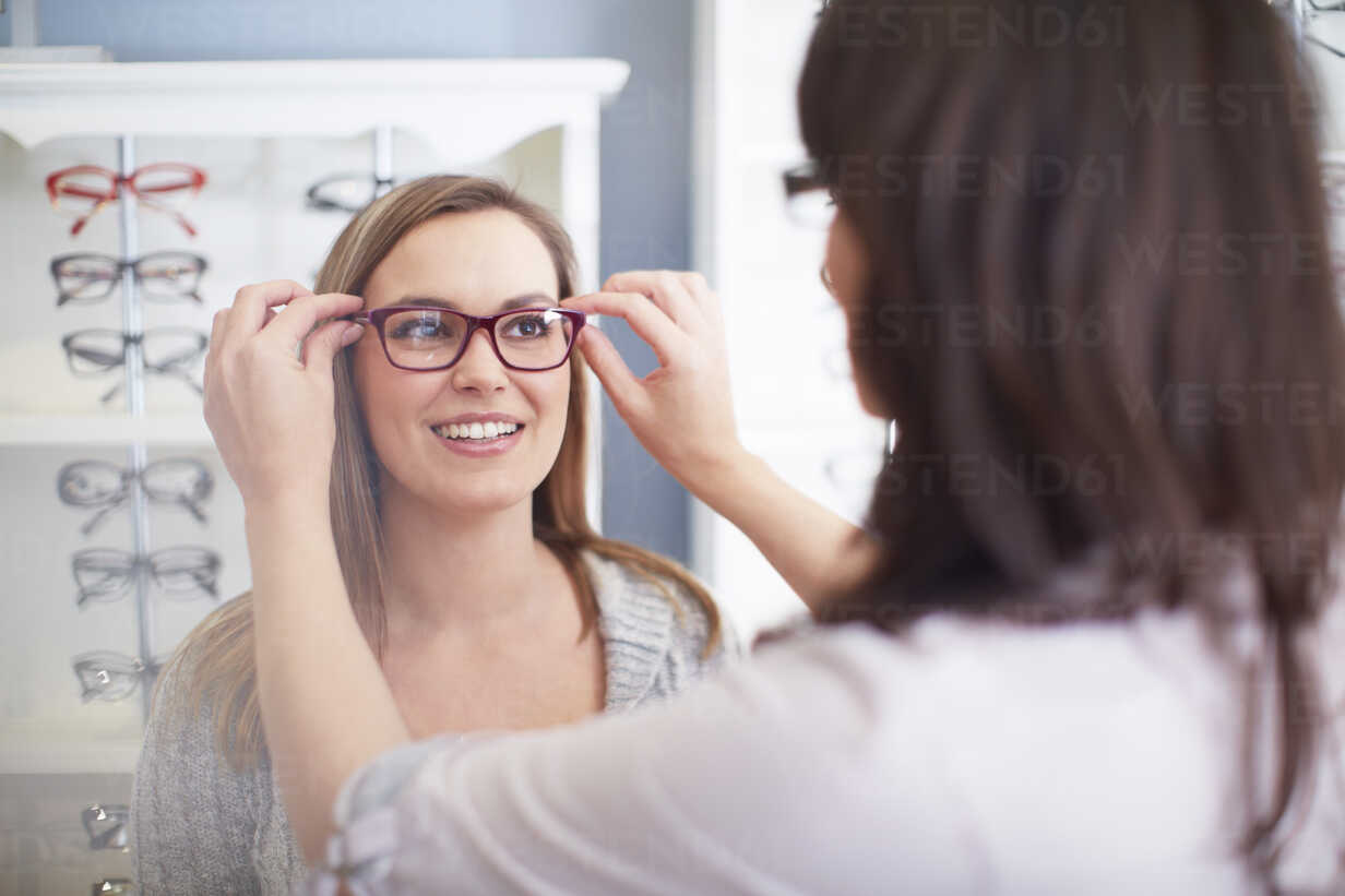 Woman at the optician trying on glasses - ZEF000638 - zerocreatives/Westend61