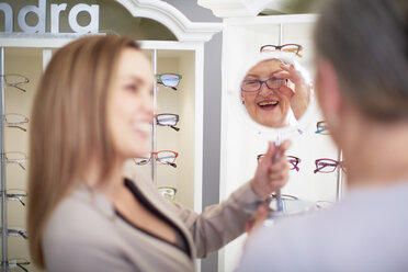 Optician counseling senior woman in shop - ZEF000745