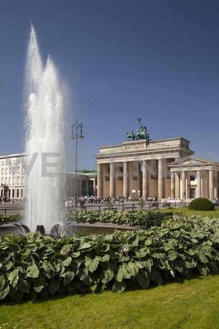 Germany, Berlin, Pariser Platz, Brandenburg Gate, Fountain - WIF001019 - Wilfried Wirth/Westend61