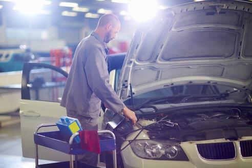 Car mechanic at work in repair garage - ZEF000633