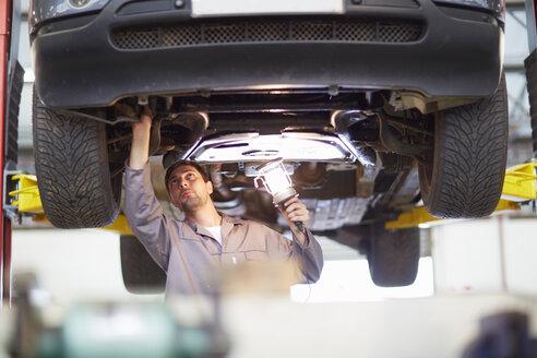 Car mechanic at work in repair garage - ZEF000694